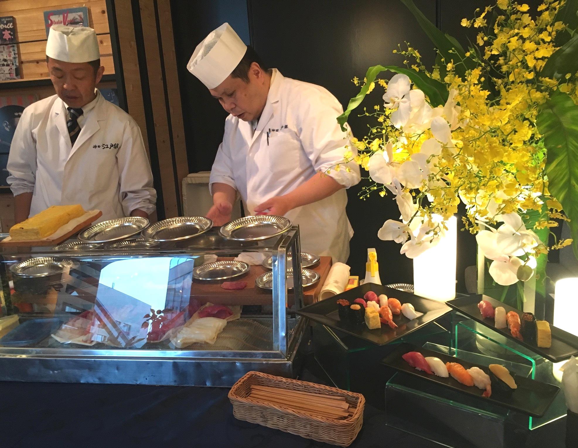 目の前で握られたお寿司を片手に